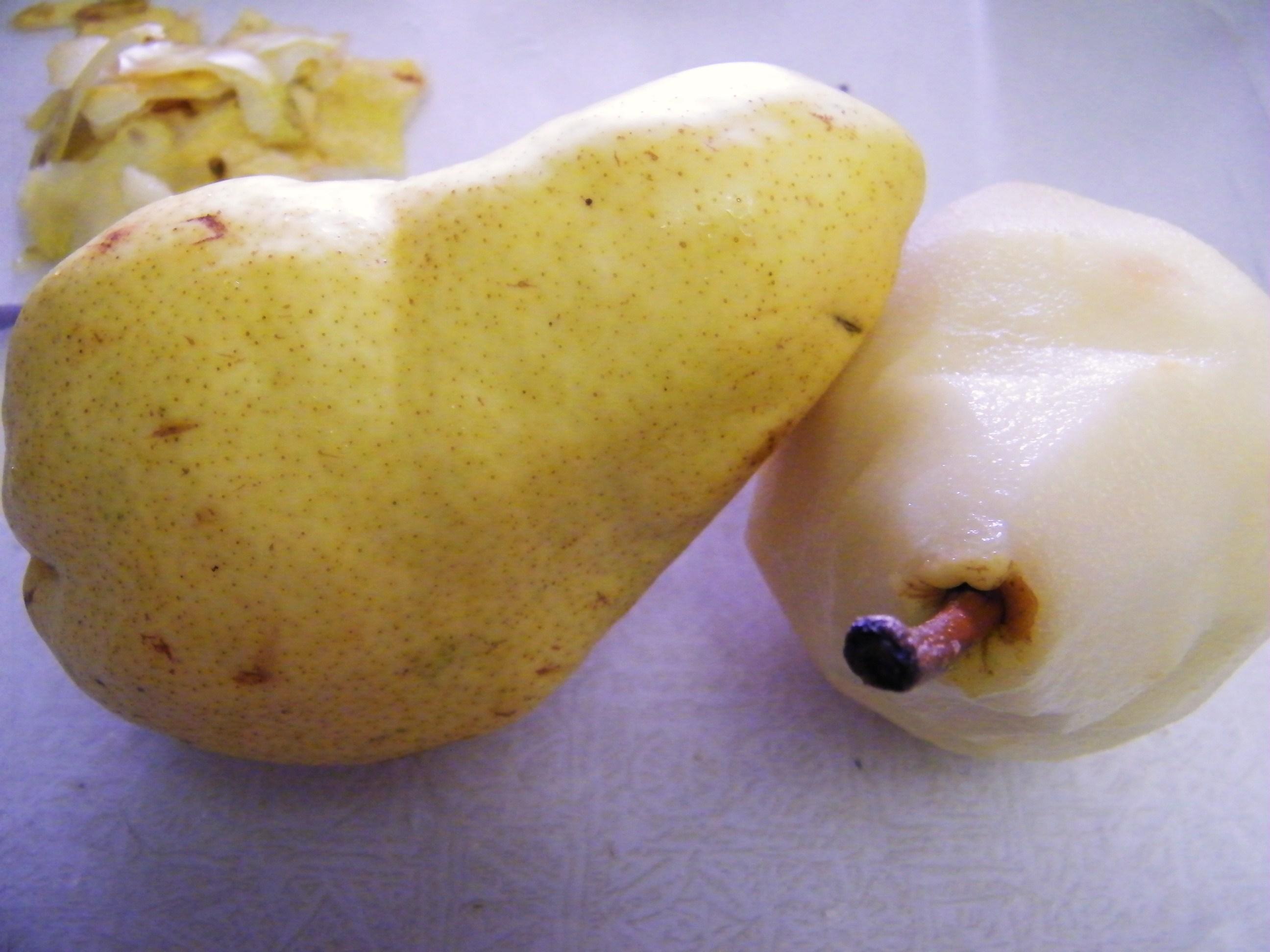 Pears, peeled and unpeeled.